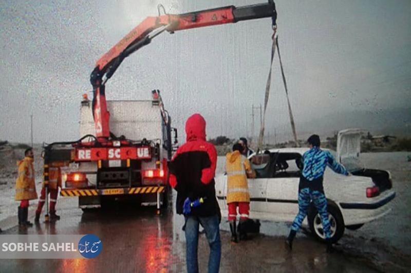 نیروهای آتش نشانی بندرعباس چهار نفر را از رودخانه خورگو نجات دادند