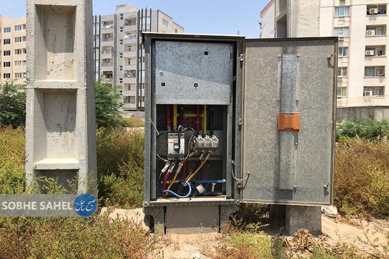 تابلوهای برق حفاظت نشده درمنطقه گلشهر بندرعباس،رهگذران را به خطر میاندازد