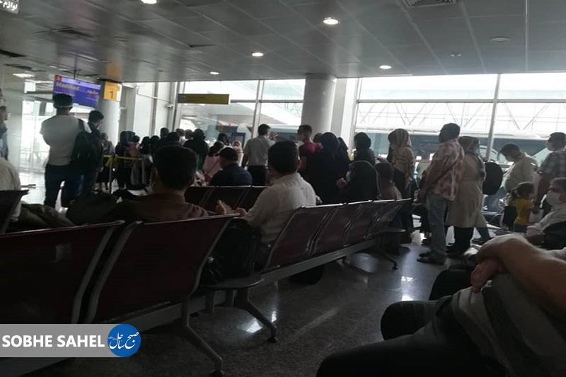 ازدحام مردم و عدم رعایت پروتکل های بهداشتی در سالن انتظار فرودگاه با وجود وضعیت قرمز استان هرمزگان