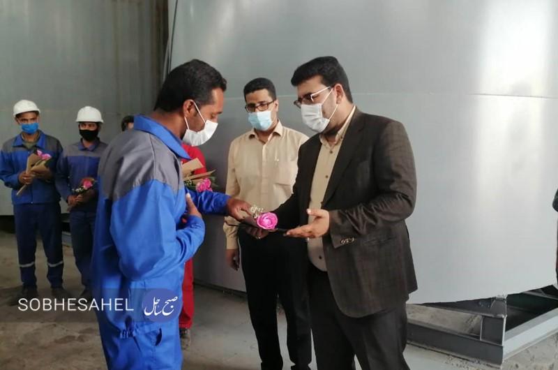 فرماندار حاجیآباد از کارگران نمونه کارخانه الکلسازی تقدیر کرد