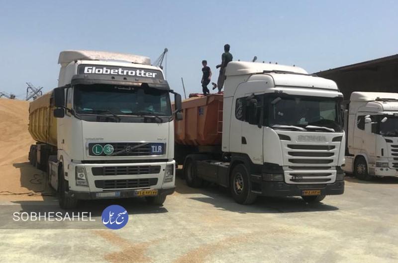 آغاز حمل ۶۵ هزار تن نهادههای دامی از بندر شهید رجایی به اقصی نقاط کشور توسط ناوگان حمل و نقل جاده ای استان هرمزگان